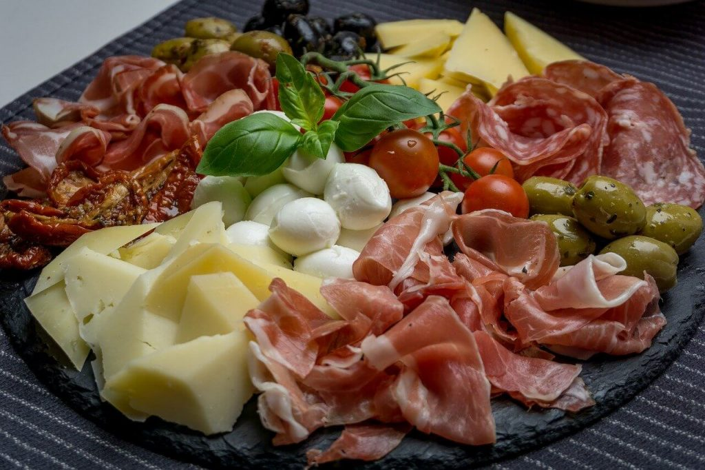 Antipasti Teller mit Käse Schinken und Tomaten