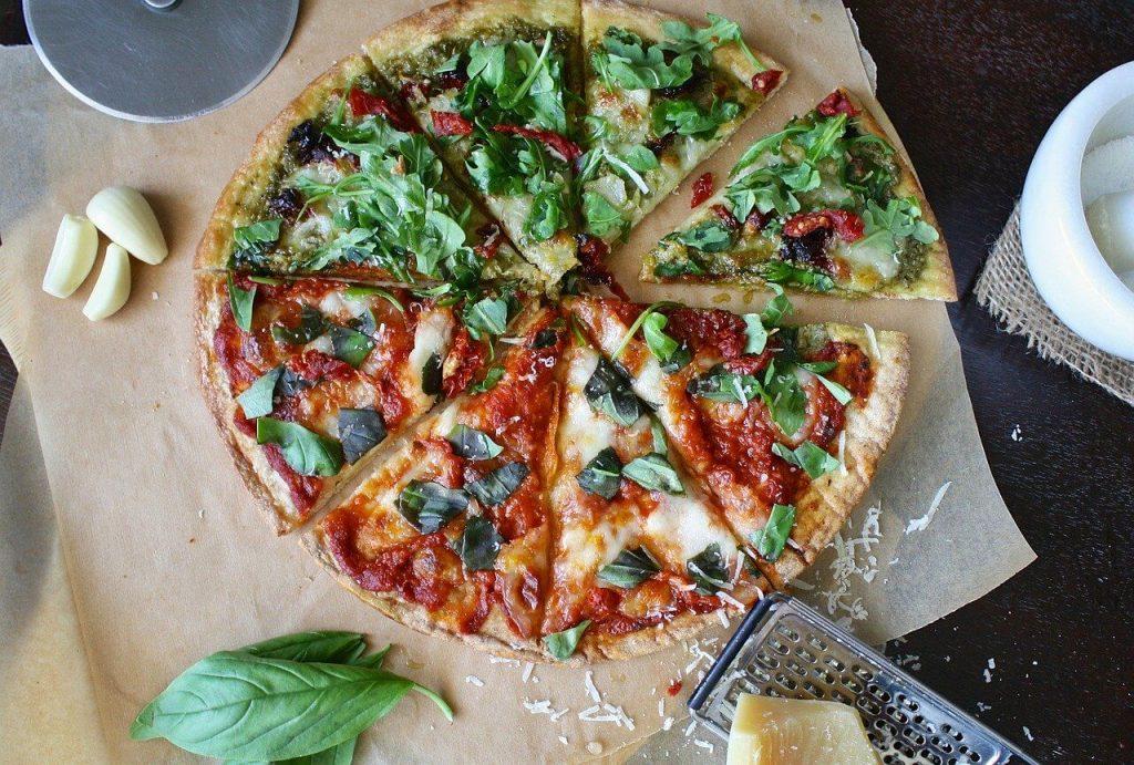 geschnittene Pizza mit verschiedenen Belägen
